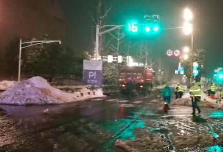 南京凌晨四点全员出动扫雪