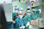 开颅手术中医生唤醒病人 聊着天就把瘤给切了!