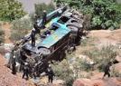 满载客车在山路坠落