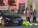 潍坊诸城一女司机开车走神,径直撞向路口执勤辅警