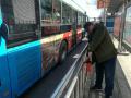 """鞍山市民自制烟蒂""""回收站""""让公交站点更整洁"""