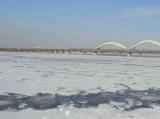 松花江冰层厚度10天薄了4厘米 市民切勿涉险过江