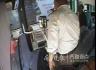 惊险!济南一婴儿车突然翻向公交车轮 司机紧急刹车