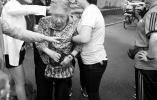 沈阳:大雨初晴一老人摔倒在地 众多热心市民准确救助
