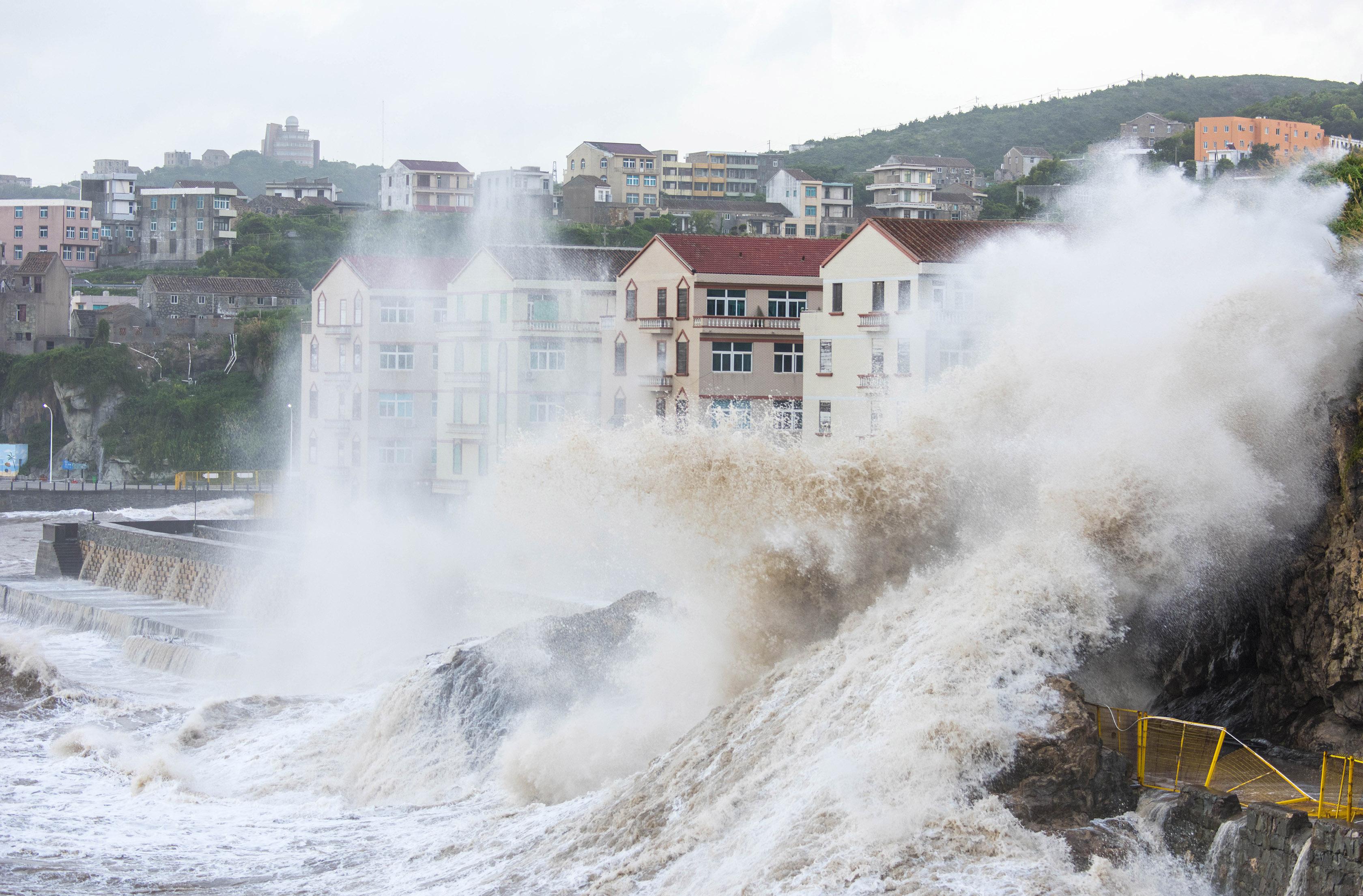 """直击丨强台风""""玛莉亚""""逼近,浙江温岭沿海巨浪拍岸"""