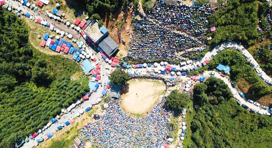 贵州:围观斗牛的人群