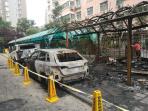 郑州一小区半夜起火消防通道被堵 车棚、汽车烧得只剩骨架