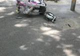 郑州又一女子骑电动车撞上隔离桩 左腿受伤