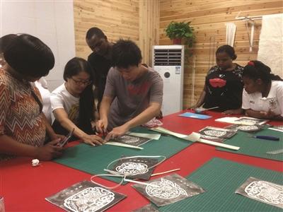 非洲学员装裱字画