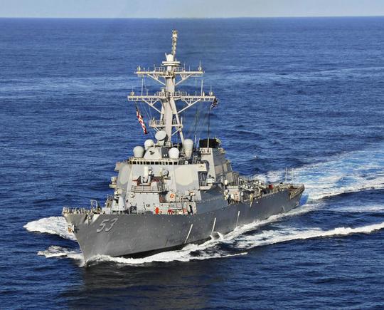 据环球网报道,10月27日,美国拉森号导弹驱逐舰未经中国政府允许,非法进入中国南沙群岛有关岛礁邻近海域。中方依法对美方舰艇实施了跟踪、监视和警告。美国国防部长卡特27日向国会议员证实军舰曾进入南中国海有主权争议水域航行,还表示此类航行将继续。英国广播公司认为,卡特婉转地 表明将再次行动:他周二在参议院军事委员会听证会上被议员连番追问后说:我一般不喜欢谈论我们的军事行动但是你们从报纸上读到的都是正确的。有媒体引述白宫官员的话说,美方希望低调,并下令五角大楼所有官员三缄其口,结果,防长卡特