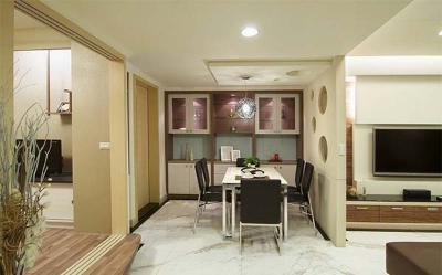 在客廳和餐廳中間,設計師以造型墻面做區隔