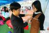 广州某高校招聘会女生应聘模特 现场被量三围