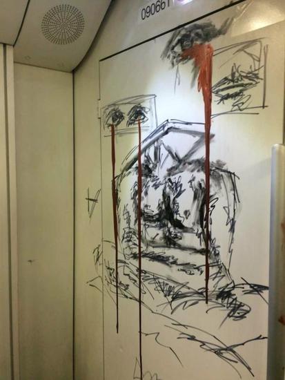 外籍少年在上海地铁画半裸人像写歌词 被批评教育图片