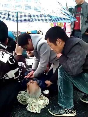 杭州 张祥/3月12日,杭州市富阳区1993年出生的家庭医生张祥,在出诊途径...