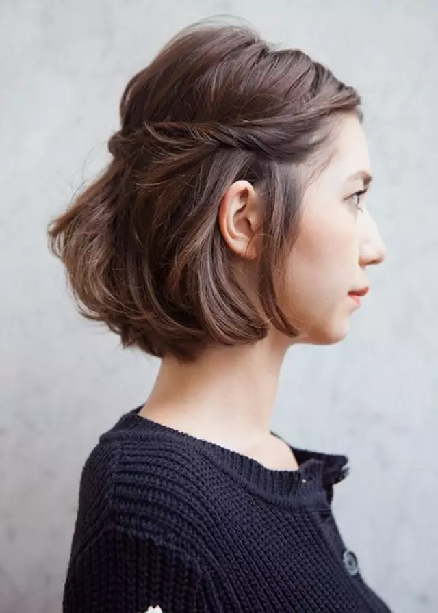 别以为编发只是长发飘飘的姑娘的专利,很多简单实用的编发在短发女生图片
