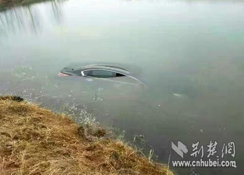 李玉华/第一辆冲进水塘的小车。李玉华手机摄