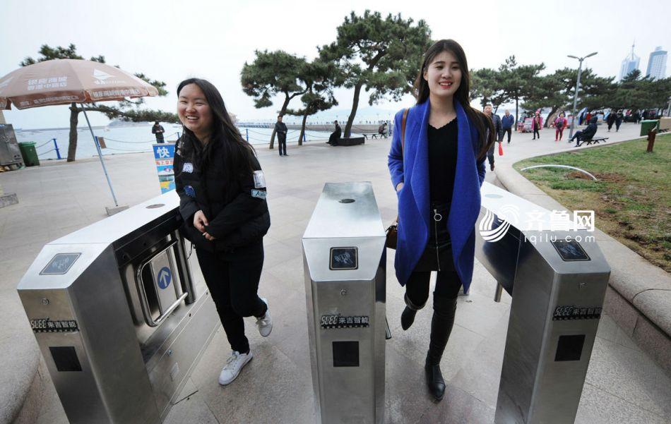 """青岛栈桥安装闸机""""备战""""春游高峰"""