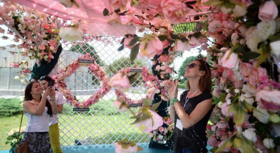 俄罗斯举行莫斯科国际花展 引美女合影