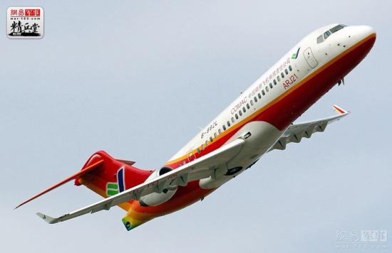 褪去了首航的喧嚣,国产新支线飞机ARJ21已在成都往返上海的航线上上班两个月了,记者4次乘坐ARJ21飞机往返成都、上海两地,有过排队买票、一票难求的经历,也遇到过飞机晚点乘客抱怨的场景,但两个月下来,总体运行平稳有序,总计运送旅客2855人,上座率九成以上,对处在实习期的ARJ21来说,这已经是相当亮眼的成绩了。 相比已经运营多年,乘客心目中早已耳熟能详的成熟机型,两个月历练对ARJ21来说,还太短太短,后面的路还很漫长。 正如一位媒体朋友这样说道:ARJ21新支线飞机只有通过运营初期的磨合