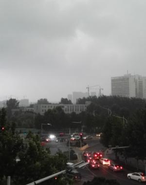 郑州乌云压城如暗夜 狂风裹挟疾雨瞬息而至