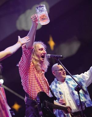 大连慕尼黑啤酒节大篷火热 万人齐唱篷歌欢呼干杯