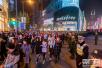上海跨年夜南京路再遇大客流 武警执勤确保平安新年