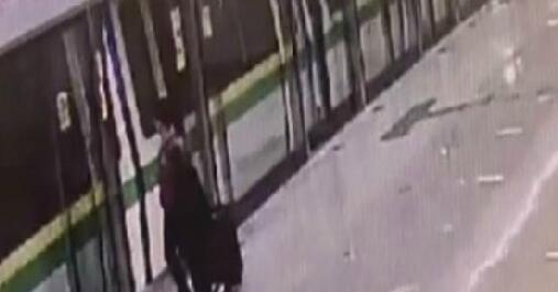 抢秒上地铁太a孩子!孩子上去了母亲却被落车义在线视频姊图片