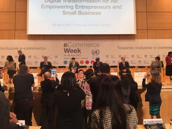 马云在联合国日内瓦总部受到年轻人热烈欢迎.jpg