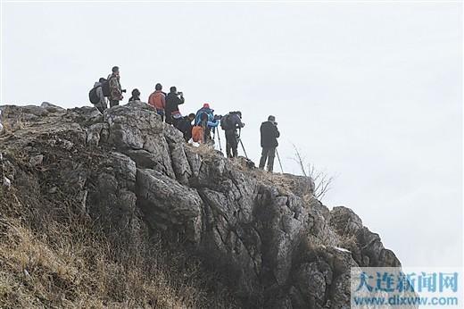 美景吸引了很多摄影爱好者攀高拍摄。