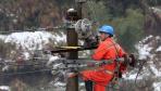 冰雪袭福建致上万户停电 电力工人鏖战10小时恢复