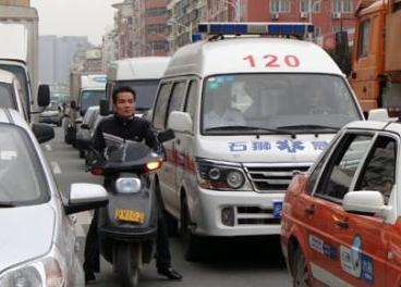 广西南宁——救护车遇堵车 车主冒雨疏导交通