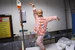 6岁重症女孩病床上直播挣钱救自己却被封号
