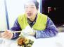 """河南老乡上海地铁站蹭网成""""网红"""":和家人在一起最幸福"""