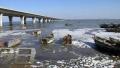 胶州湾海水都结冰了!搁浅的小船都被冻在了冰面上
