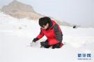 科学家野外爬雪山