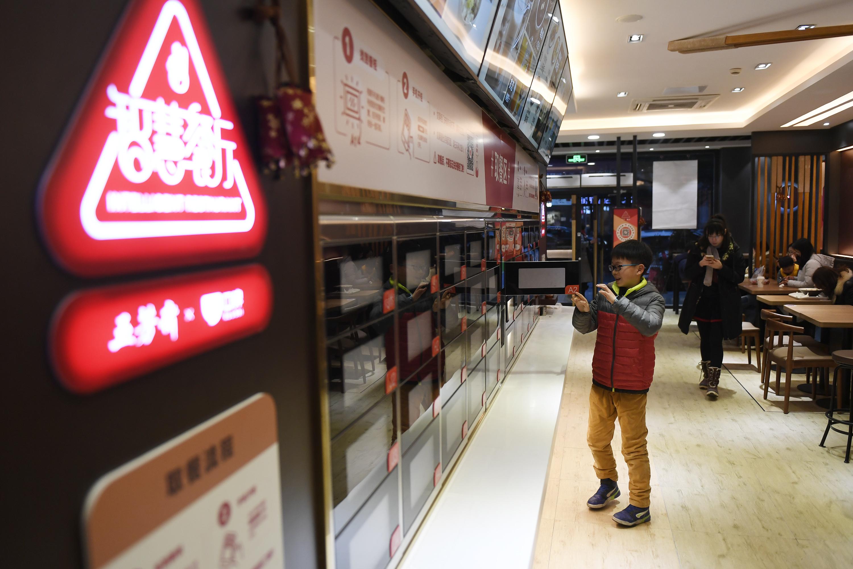 """杭州首家""""无人智慧餐厅""""亮相:排队点餐结账全程自助完成"""