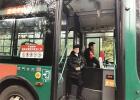 """13岁""""公交男孩""""每天坐七八个小时公交车 只为陪爸爸上班"""