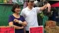 马英九赴屏东探望龙应台 当街叫卖水果引围观