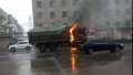 河南汝州下雨天一货车发生自燃 所幸未造成人员伤亡