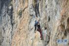 景区悬崖上开商店受质疑:零食饮料掉了会否砸到攀岩的人?