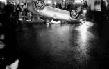 小轿车翻车居民冒雨救出司机 司机却趁乱溜了
