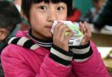 安徽:班主任试喝牛奶制度因反对意见大被叫停