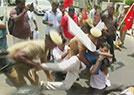 印警方向示威者开枪