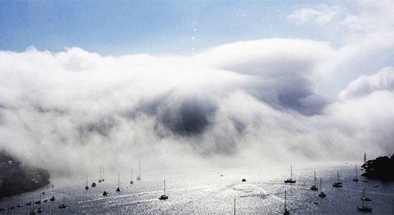 """英国浓雾""""吞噬""""房屋""""淹没""""河流"""