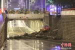 哈尔滨市一地下桥引桥墙体坍塌 出租车掉落