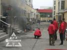 哈尔滨一小区井盖冒浓烟 战士灭火居民疏散