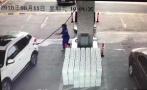 粗心司机没加满油就开车,工作人员被油枪砸头流血不止