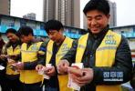 餐饮公司拖欠20名农民工33万元工资 民警帮追回