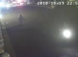 醉汉赤身裸体大闹街头 劫持男孩还袭警
