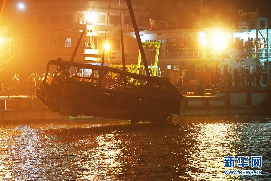 (重庆公交车坠江事故·后续)(3)重庆万州坠江公交车打捞出水